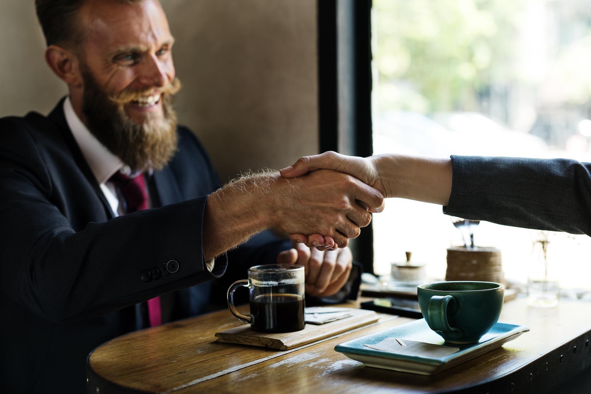 Mit Händeschütteln die gute Beziehung bestätigen