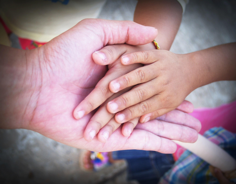 Hände liegen ineinander als Symbol für eine gute Beziehung