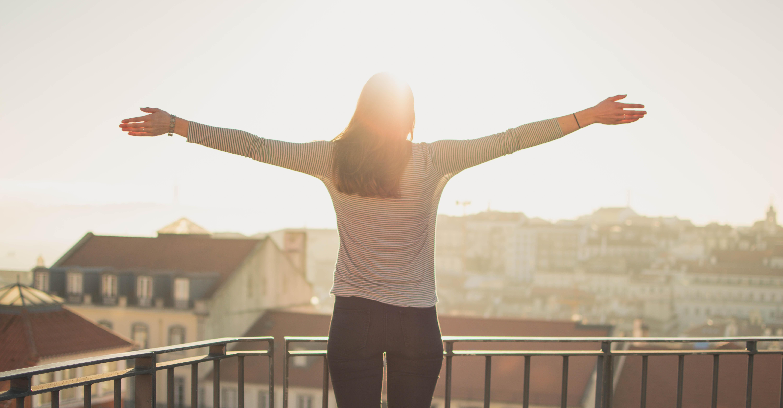frau steht am Balkon ohne stress